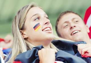 Weiblicher Fußballfan feuert Deutsche Mannschaft an