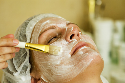 eine Frau bekommt eine Maske gegen ihre Hautprobleme