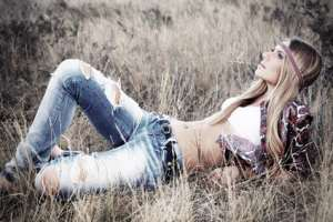 Schönes Model mit Jeanshose im Gras