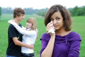 weinendes Mädchen und verliebtes Paar