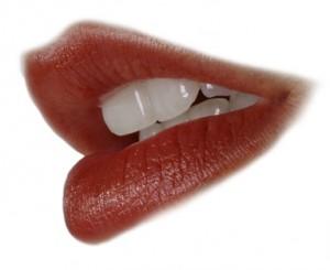 Rote Lippen einer jungen Frau