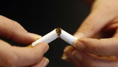 Jemand zerbricht eine Zigarette