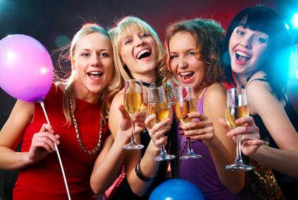 Ein Haufen von Frauen bei einem Geburtstag