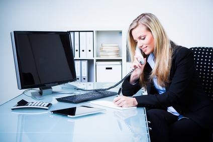 Firmengründerin telefoniert im Büro