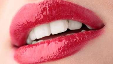 rote Lippen und weiße Zähne einer jungen Frau