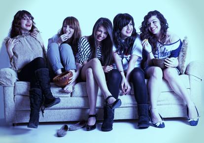 Eine Gruppe von Mädchen auf einem Sofa bei einem gemütlichen Abend