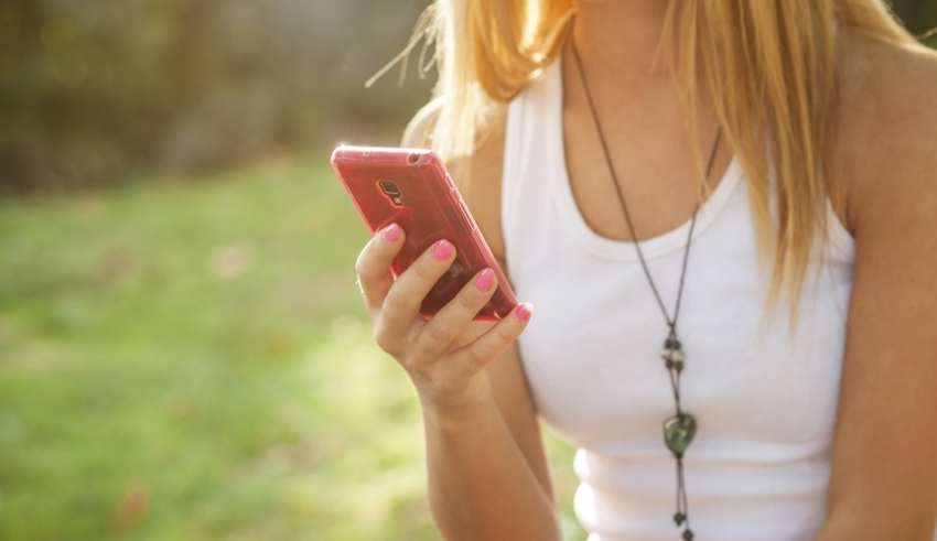 Frau benutzt Smartphone