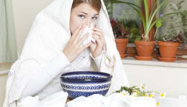 Eine kranke Frau inhaliert