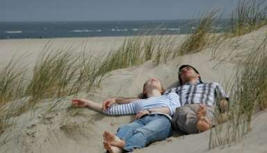Paar am Strand liegend