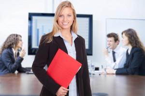 Frau im Anzug mit roter Mappe